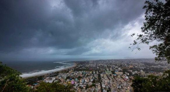 हाई अलर्ट जारी: ओडिशा तट से टकराया चक्रवाती फोनी तूफान, तेज हवाओं के साथ बारिश