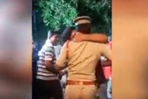 धार्मिक जुलूस के दौरान शराबी ने पुलिस को किया किस...