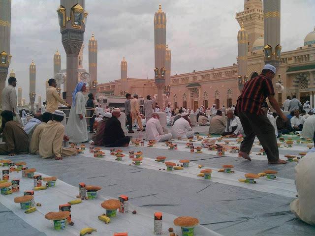 मदीना में लगता दुनिया का सबसे लम्बा इफ्तार का दस्तरख्वान