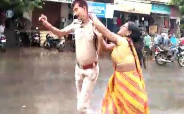 अफसर के बाल पकड़ थाने तक पीटते ले गई महिला!