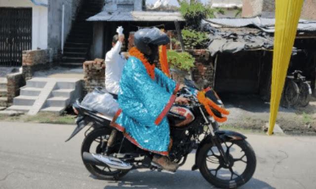 जादूगर ने बाइक से की अंधी यात्रा, आंखों पर पट्टी बांध भीड़ भरी सड़कों पर चलाई बाइक