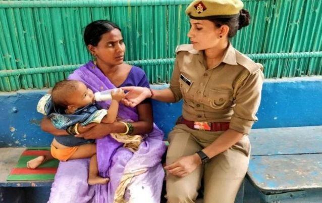 Viral Pic: मासूम को मिला दो मांओं का प्यार