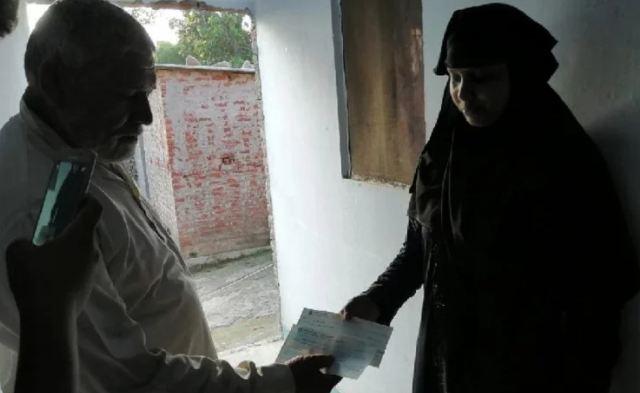 शौहर ने सऊदी अरब से फोन पर दिए तीन तलाक, ससुर ने डेढ़ लाख का चेक थमा किया