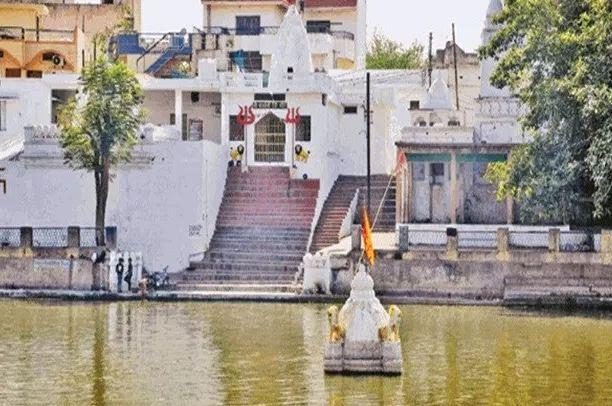 सदियों से तालाब के बीच डूबा है नागा साधुओं का मंदिर