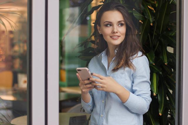 मोबाइल से घर बैठे भी हो सकती है लाखों की कमाई, करें ये प्रोफेशनल काम