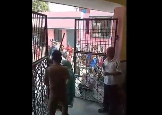 सरकारी अस्पताल में गार्ड्स ने महिला और युवक को दौड़ा-दौड़ाकर पीटा