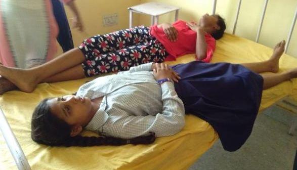 विषाक्त भोजन से 40 छात्राएं बीमार, अस्पताल में भर्ती