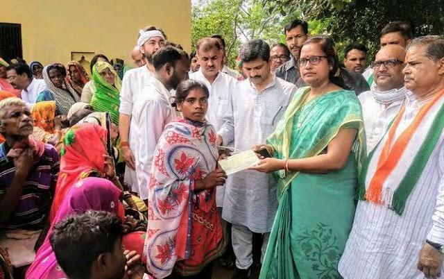 सोनभद्र नरसंहार: कांग्रेस का खरा वादा- प्रियंका ने पीड़ितो को भेज दिया 10-10 लाख रुपये का चेक!