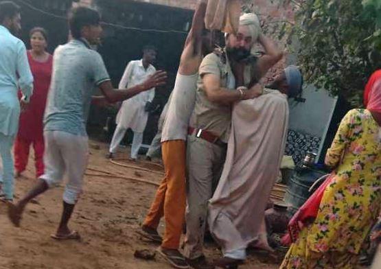 गांव वालों ने पुलिस वालों को दौड़ा-दौड़ा कर पीटा