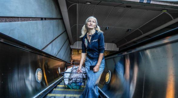 एक पोस्ट ने बदली इस बेघर युवती की ज़िन्दगी, सबवे में गाती थी गाने