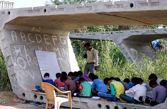ऐसा स्कूल जिसका क्लासरूम है फ्लाईओवर पत्थर के नीचे...