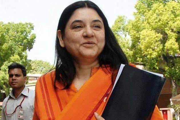 BJP मंत्री का तंज- मेनका गांधी 50 पैसे खर्च कर फ़ोन कर लेतीं