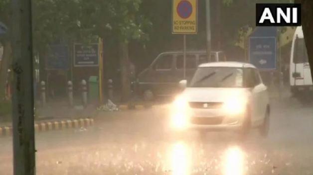दिल्ली-NCR में तेज बारिश, कई इलाकों में भरा पानी