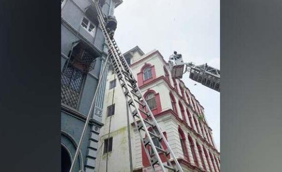 ताज महल होटल के पास बिल्डिंग में लगी आग...