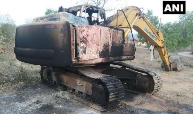माओवादियों ने जेसीबी मशीन को किया आग के हवाले