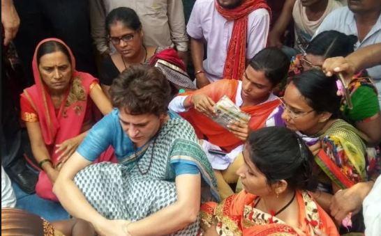 24 घंटे से धरने पर बैठी प्रियंका गांधी से मिलने पहुंचे पीड़ित परिवार