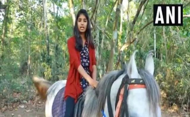 जानिए कौन है ये लड़की जो घोड़ा दौड़ाती हुई पहुंची स्कूल, लोग कर रहे जमकर तारीफ
