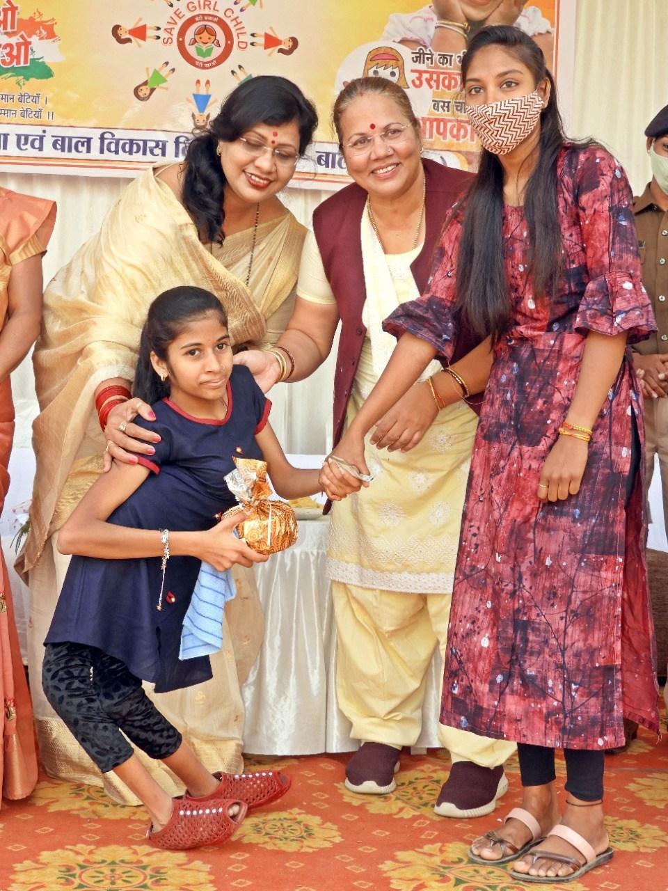 महिला आयोग की अध्यक्ष डॉ. किरणमयी नायक राष्ट्रीय बालिका दिवस के अवसर पर प्रतिभावान छात्राओं को किया सम्मानित
