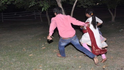 पत्नी को छोड़ 6 बच्चों की मां संग भागा 20 साल का युवक, पेड़ से लटके मिले दोनों के शव