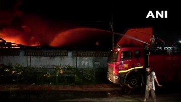 वेयरहाउस में लगी भीषण आग, दमकल की 18 गाड़ियां पहुंचीं