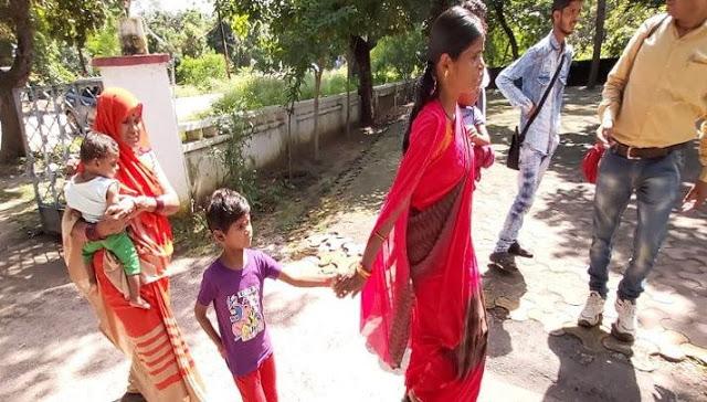 5 बेटियां होने पर पति ने पत्नी को घर से निकाला