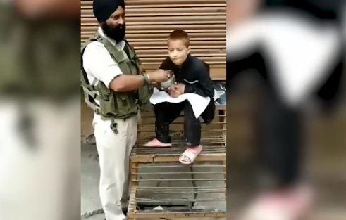 रमजान में पुलिसकर्मी की नेकी जीत रही दिल...