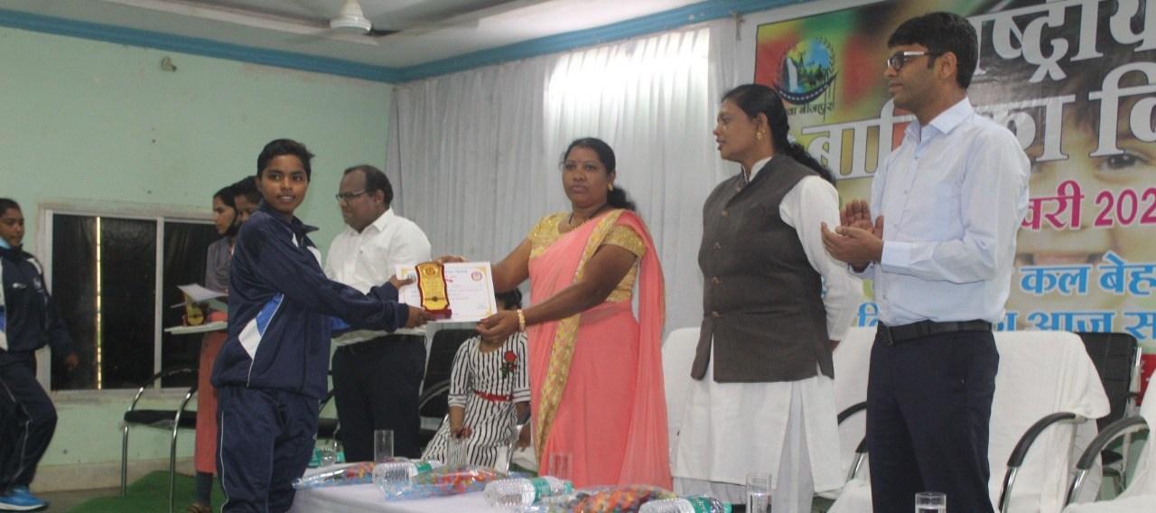 राष्ट्रीय बालिका दिवस पर मेधावी छात्राओं को किया गया सम्मानित
