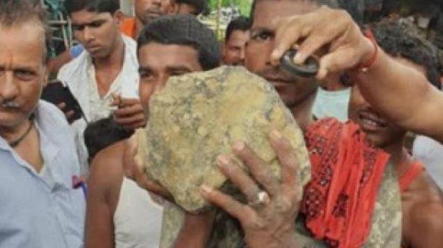 आसमान से गिरा 15 किलो का रहस्यमयी पत्थर, चिपक रही है चुम्बक...