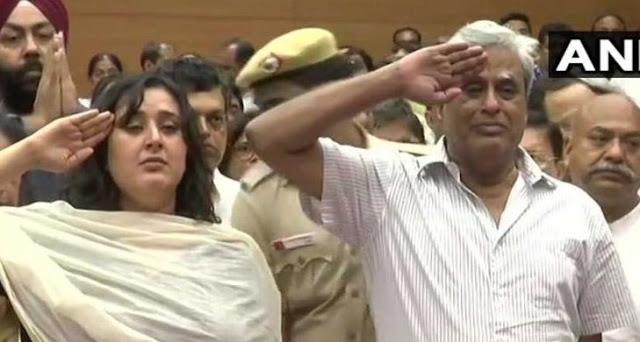 सुषमा स्वराज को पति और बेटी ने सैल्युट करके दी अंतिम विदाई!
