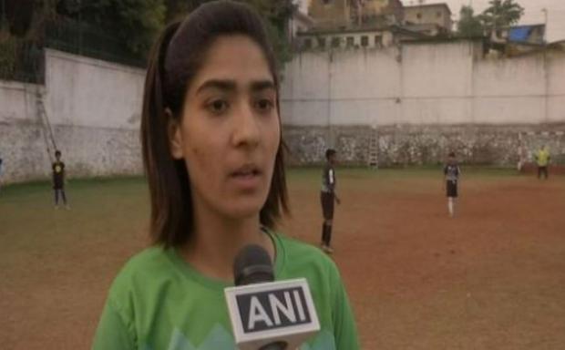 कश्मीर की पहली फुटबॉल महिला कोच बनीं नादिया निघात