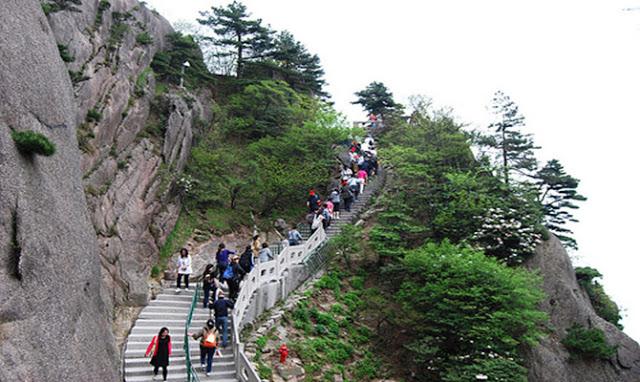 इस होटल में जाने के लिए चढ़नी पड़ती हैं 60 हजार सीढ़ियां...