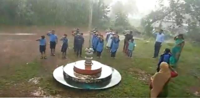 तेज बारिश में भी राष्ट्रगान गाते रहे बच्चे...