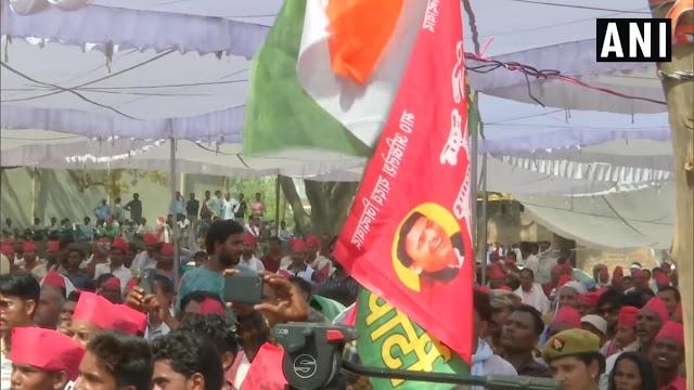 प्रियंका गांधी की रैली में दिखे समाजवादी पार्टी के कार्यकर्ता