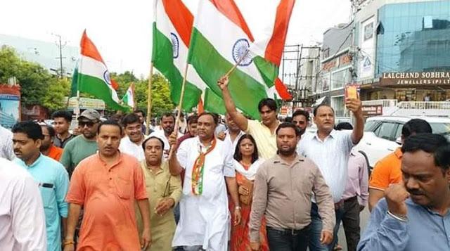 धारा 370 हटाये जाने पर BJP कार्यकर्ताओं ने आतिशबाजी कर मनाया जश्न