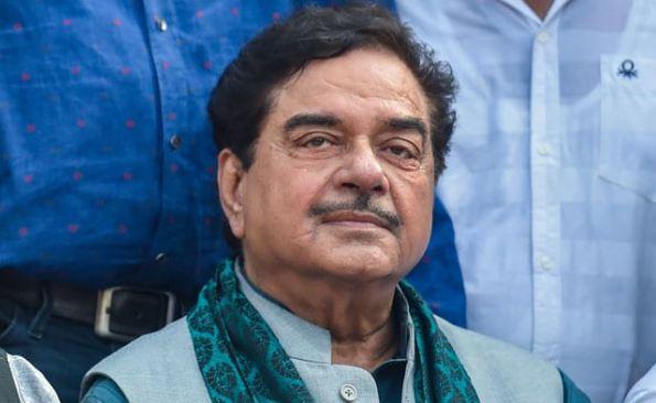 BJP सांसद शत्रुघ्न सिन्हा ने PM को दी प्रेस कॉन्फ्रेंस करने की चुनौती, हुए ट्रोल