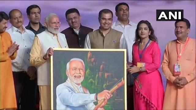 रेणुका ने बनाई PM मोदी की पेंटिंग, मोदी ने स्टेज पर बुलाकर की तारीफ...
