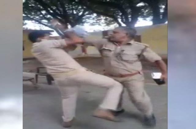 बीच सड़क पर पैसों के लिए भिड़े दो पुलिसकर्मी, चले लात-घूंसे