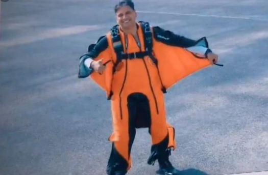 विंग कमांडर तरुण ने विंगसूट पहनकर 8500 फीट की ऊंचाई से लगाई छलांग