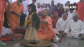CM योगी आदित्यनाथ ने गोरखनाथ मंदिर में किया कन्यापूजन