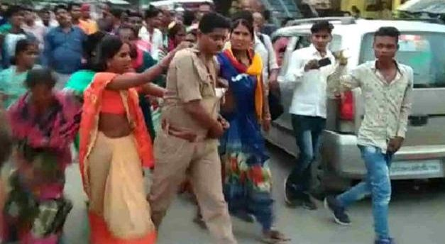 युवती को बेचने की अफवाह पर पुलिस वालों को दौड़ा-दौड़ाकर पीटा!