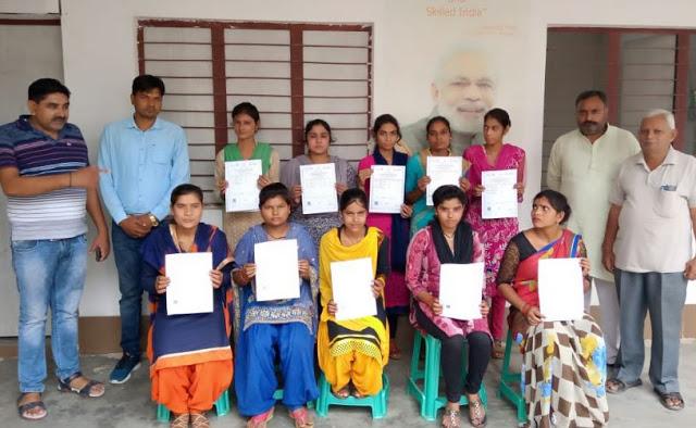 PM कौशल विकास योजना के अंतर्गत प्रशिक्षित छात्र-छात्राओं को बांटे प्रमाण पत्र