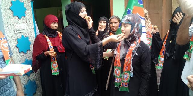 तीन तलाक बिल पर मुस्लिम औरतों ने मिठाई बाटी, बोलीं- अब आजादी से जी सकेंगी जिंदगी