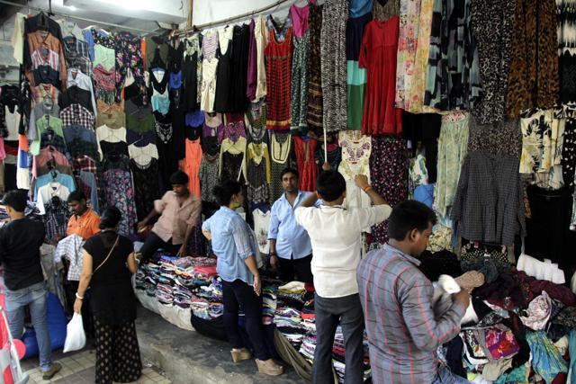 एक ऐसी मार्केट, जहां 12 रुपए किलो में बिकतें हैं फैशनेबल कपड़े