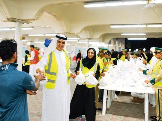 रोज़ाना दुबई के नौजवानों की टीम सेहरी में बांटती है 50 हज़ार खाने के पैकेट