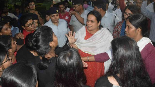 BHU में देर रात बवाल, छात्राओं से अभद्रता, पुलिस पर भी आरोप