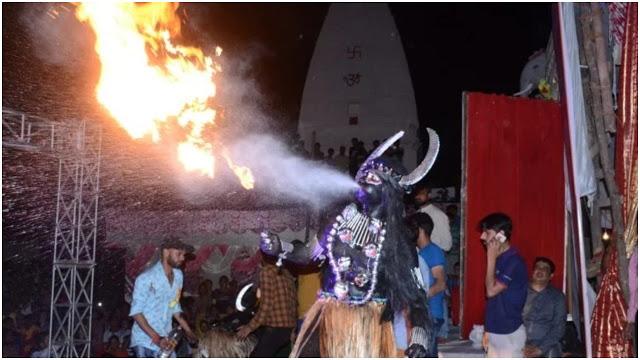 रामलीला में कर रहा था मुंह से आग निकालने का करतब, लेकिन हो गया ये हादसा