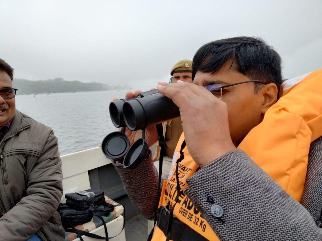 बर्ड फ्लू के ख़तरे को लेकर कीठम झील में हर पक्षी रखी जा रही नज़र