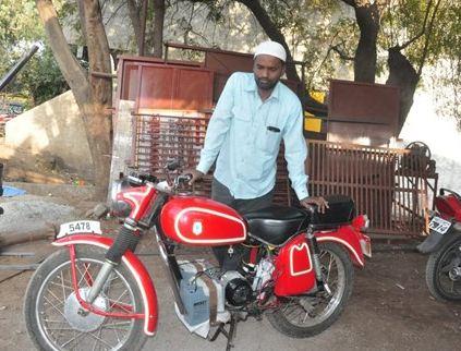 जुगाड़ से तैयार की बैटरी से दौड़ने वाली बाइक