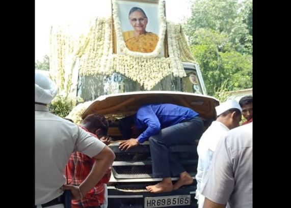 शीला दीक्षित का शव वाहन हुआ खराब, अंतिम यात्रा में देरी...