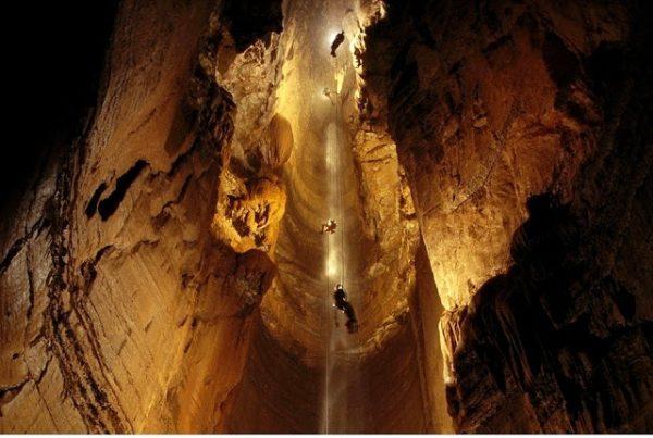 दुनिया की सबसे गहरी गुफा, जाने के नाम से थर-थर कांपते हैं लोग...